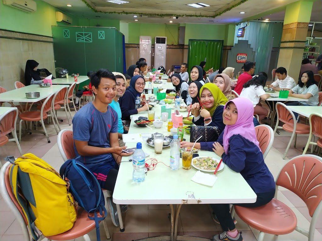 Kawasan Passer Baru Jakarta, rombongan makan di Bakmi Gang Kelinci