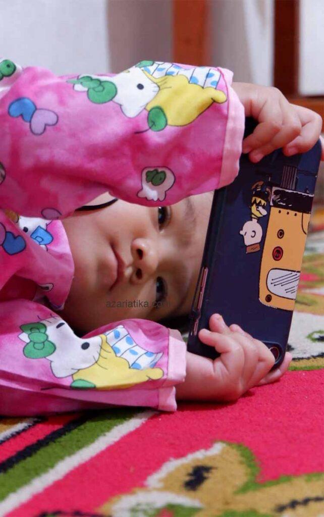 dila nonton hoala koala azariatika.com  642x1024 - Lagu Anak Hoala & Koala, Video Edukasi dan Hiburan untuk Si Kecil